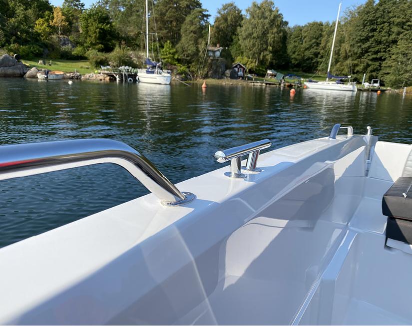 Bella boat details, reelings.